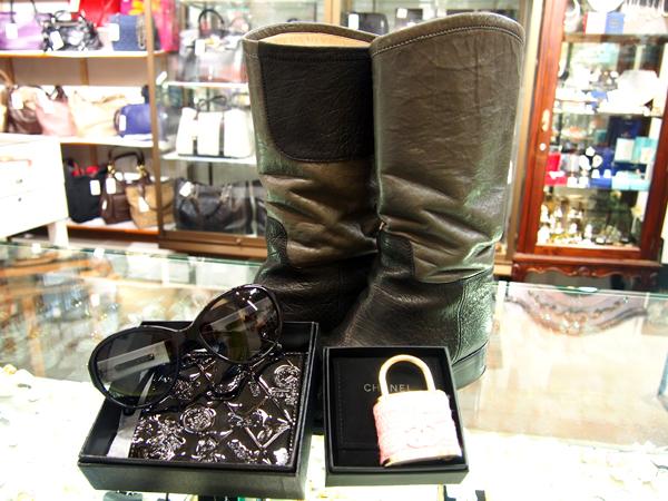 CHANEL ブローチ 財布 ブーツ サングラス